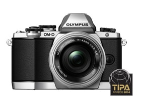 "TIPA Award ""Best Compact System Camera  Entry Level"" 賞 受賞 「E-M10」 「M.ZUIKO DIGITAL ED14-42mm F3.5-5.6 EZ」装着時"